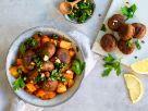 Kartoffel-Gulasch mit Ohne-Hick-Hack-Bällchen und würzigem Kräuter-Topping Rezept