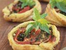 Kleine Blätterteigpizzen mit Tomate Rezept