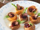 Kleine Yorkshire-Puddings mit Steak und Zwiebelsauce Rezept