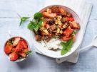 Körniger Frischkäse mit Erdbeeren und Pumpernickel-Crunch Rezept