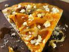 Kürbis-Pizza mit Zwiebeln und Schafkäse Rezept