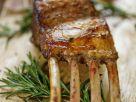 Lammkarree vom Grill mit Knoblauch und Rosmarin Rezept