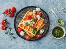 Linsenwaffeln mit Tomaten, Mozzarella und Bärlauch-Pesto Rezept