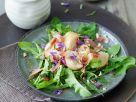 Löwenzahlsalat mit weißen Bergpfirsichen und Parmaschinken Rezept