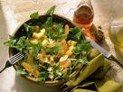 Löwenzahnsalat mit Käse, Karotten und Walnusskernen Rezept