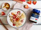 Manuka-Hafer-Bowl mit Rhabarber und Erdbeeren Rezept