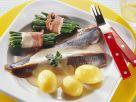 Matjesfilet mit Kartoffeln, Sahnesoße und Bohnen im Speckmantel Rezept