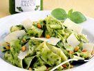 Nudeln mit Pesto, Parmesan und Pinienkernen Rezept