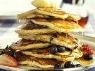 Pancakes mit Beeren und Sirup Rezept