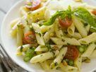 Pasta mit grünem Spargel, Tomaten und Pinienkernen Rezept