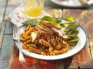 Pastasalat mit Hühnchen, Tomaten und Basilikum Rezept