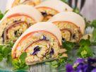 Pikante Käse-Schinken-Rolle mit Veilchen Rezept