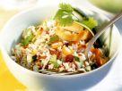 Pikanter Reissalat mit Gemüse und Rosinen Rezept
