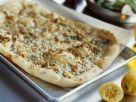Pizza mit Blauschimmelkäse, Birne und Nüssen Rezept