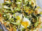Pizza mit grünem Spargel und Spiegelei Rezept