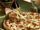 Pizza mit Käse und Salami Rezept