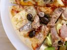Pizza mit Thunfisch, Sardellen, Oliven Rezept