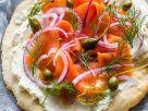 Pizzabrot mit Frischkäse, Lachs und Zwiebeln Rezept