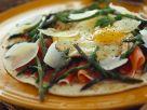 Pizzafladen belegt mit Schinken, Spargel und Ei Rezept