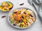 Pulled Lachs auf Asia-Nudeln mit Kokos-Gemüse-Sauce Rezept