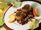 Rehsteaks auf Linsen mit Speck dazu Apfelstücke und Preiselbeeren Rezept