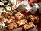 Rhabarberkuchen und -torteletts mit Stachelbeeren Rezept