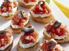 Röstbrote mit Tomaten, Frischkäse und Anchovis Rezept