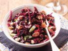 Rotkohlsalat mit Rosinen und Nüssen Rezept