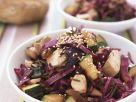 Rotkrautsalat mit Zucchini, Sesam und Hähnchen Rezept