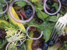 Salat mit Blaubeeren und Avocado Rezept