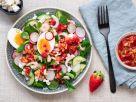 Salat mit Ei, Garnelen und Erdbeer-Dressing Rezept