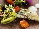 Salat mit Essblüten, Beeren und Makrele Rezept