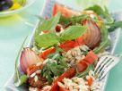 Salat mit Reis, Paprika, Zwiebeln und Basilikum Rezept