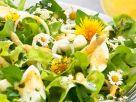 Salat mit Spargel, Ei und essbaren Blüten Rezept