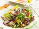 Salat mit würzigem Blauschimmel, Nüssen und essbaren Blüten Rezept