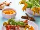 Schinken-Garnelen mit Kürbisdip und knusprigen Kürbisblüten Rezept