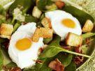 Spinatsalat mit rohem Schinken, Croutons und Spiegeleiern Rezept