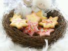 Sternförmige Weihnachtsplätzchen und Engelfigur Rezept