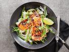 Teriyaki-Lachs mit Erdnüssen, Zuckerschoten und Reisnudeln Rezept