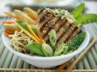 Thunfischsteak mit Sesam, Asia-Nudeln und Gemüse Rezept
