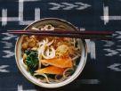 Udon-Nudelsuppe mit Lauch, Spinat & Surimi Rezept