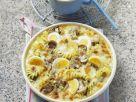 Überbackene Nudelpfanne mit Pilzen, Eiern und Käse Rezept