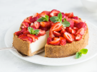 Veganer Erdbeer-Cheesecake mit Knusperboden Rezept