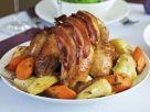 Weihnachtliches Speck-Hähnchen mit Wurzelgemüse Rezept