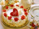 Weisse Sahnetorte mit roten Marzipanrosen zum Muttertag Rezept