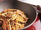 Wok mit Schweinefilet, Nudeln, Sprossen und Pilzen Rezept